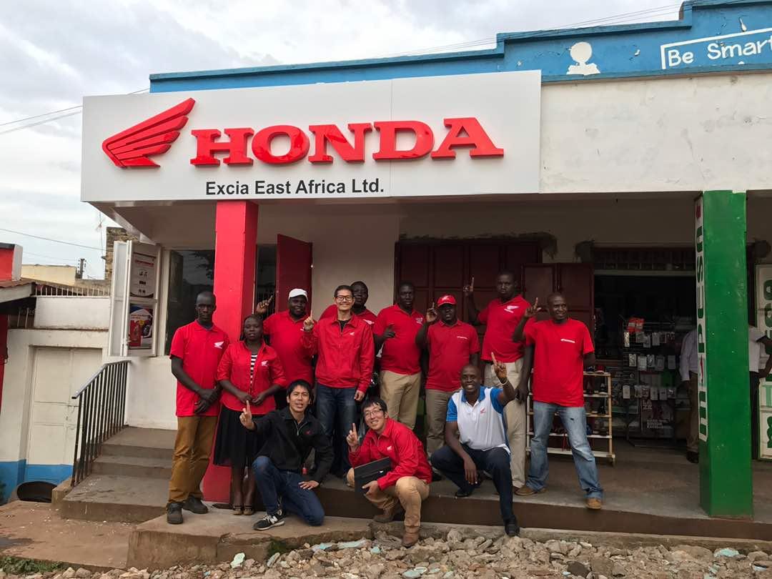 お店の前でHONDA Teamと